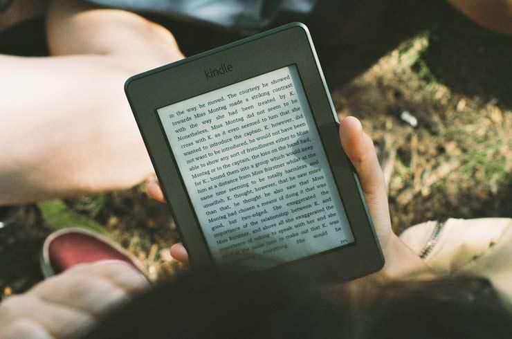 Tablet o Kindle ¿Cuál es el mejor dispositivo para leer en verano?